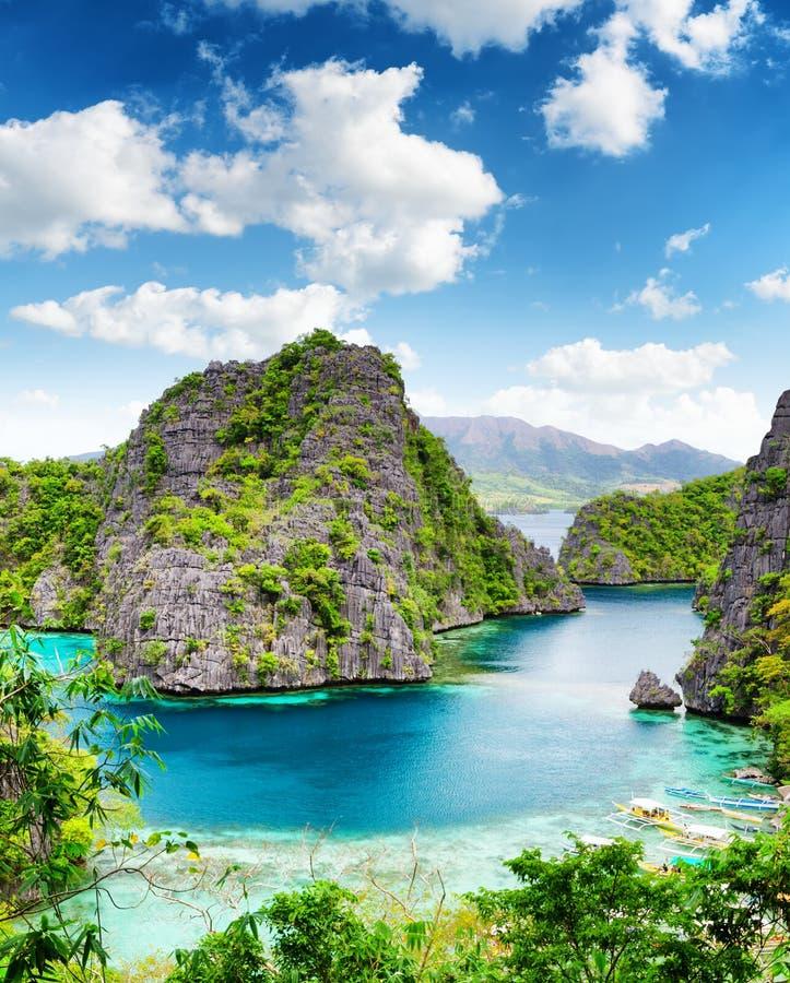 清楚的水和蓝天。菲律宾。 免版税库存照片