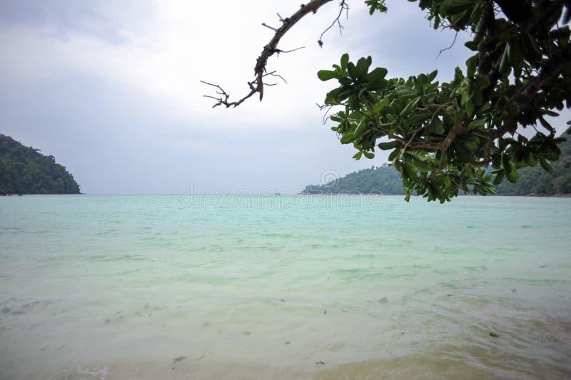 清楚的水海滩在泰国 免版税图库摄影