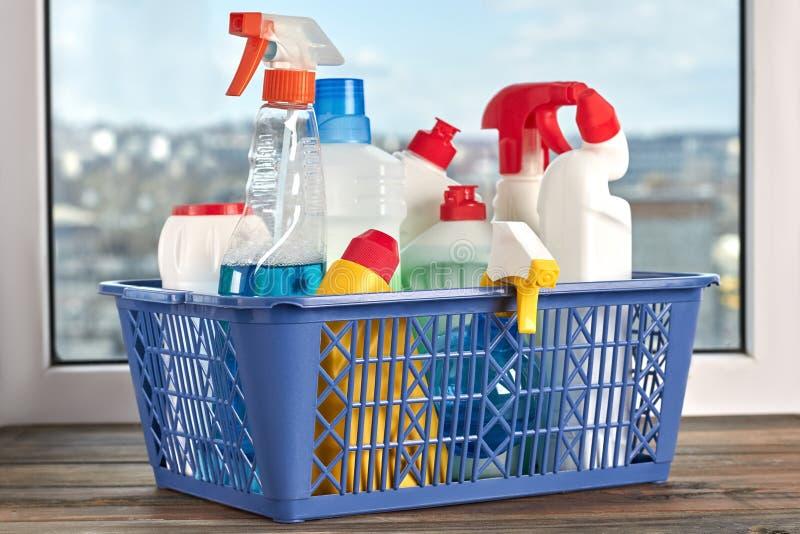 清洁产品和供应在篮子 免版税库存照片