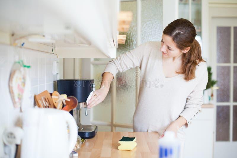 清洁厨房妇女年轻人 库存图片