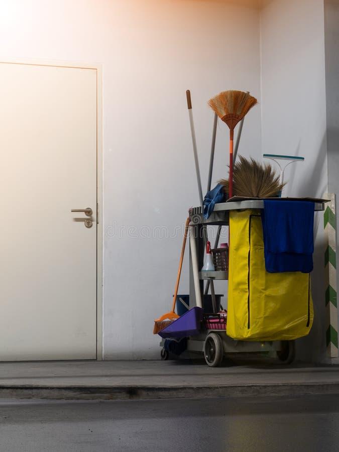 清洁工具推车等待清洁 桶和套清洁设备在办公室 图库摄影