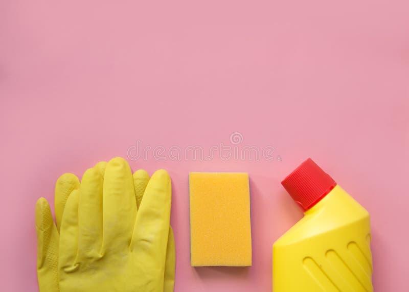 清洁工具 在黄色和红色的清洗的设备 与拷贝空间的顶视图 库存图片