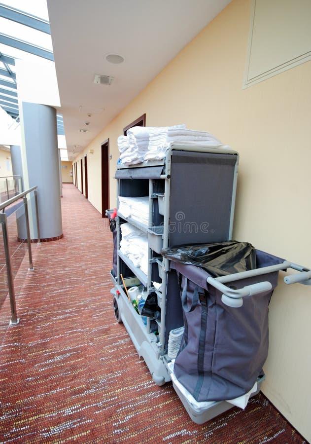 清洁旅馆客房台车 免版税库存图片