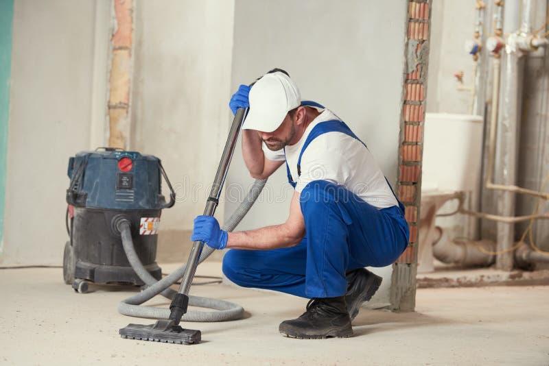 清洁服务 与吸尘器的除尘 免版税库存照片