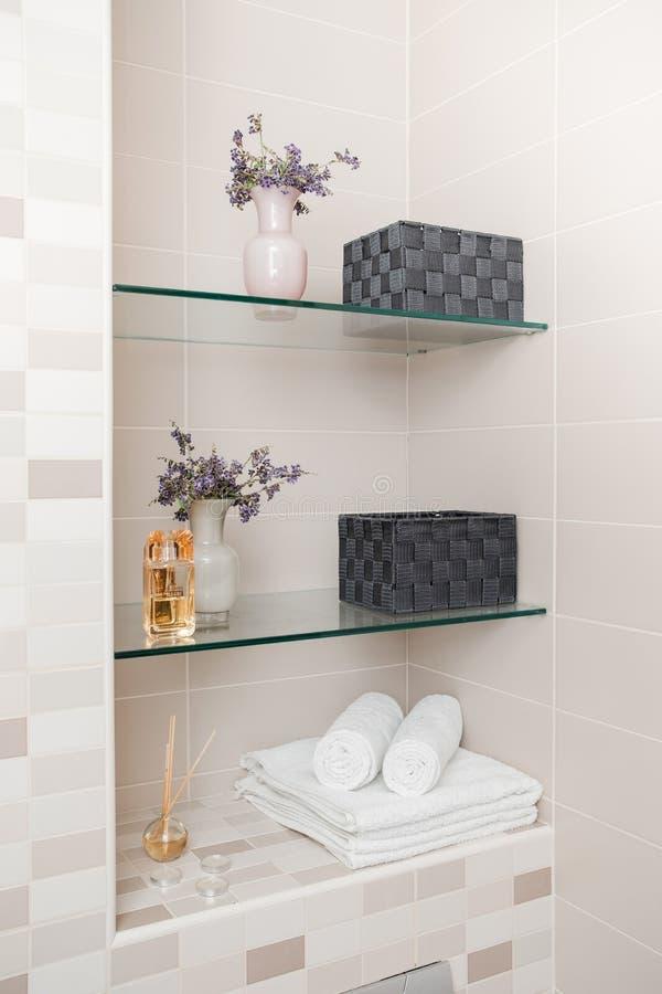 清洁毛巾、在卫生间的花和温泉浴化妆用品 库存图片