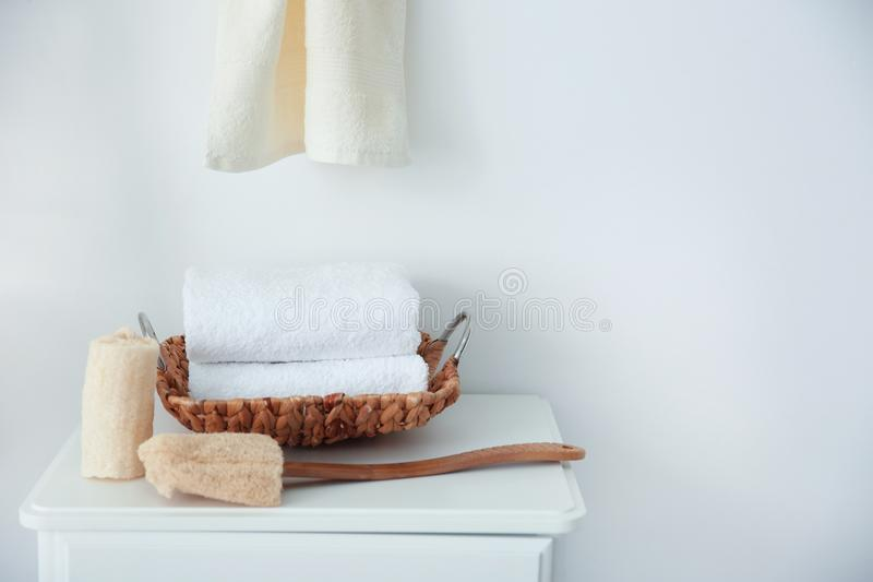 清洁毛巾和海绵在桌上 免版税图库摄影