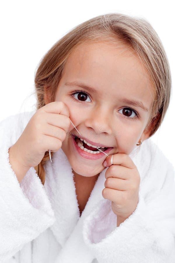 清洁牙齿的女孩少许 图库摄影