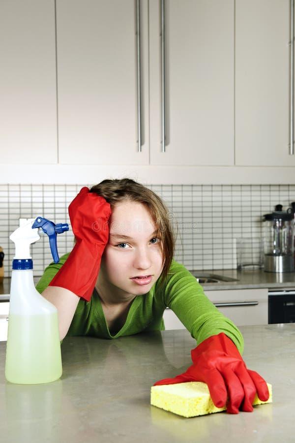清洁疲倦的女孩厨房 免版税库存图片