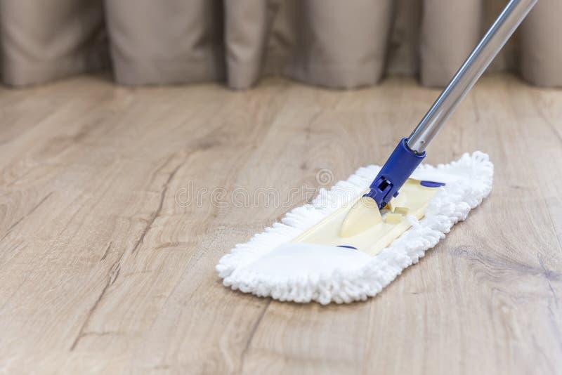清洗一个木地板的现代白色拖把 免版税图库摄影