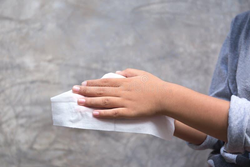 清洗他的手的年轻男孩与以前食用湿的抹食物 免版税图库摄影