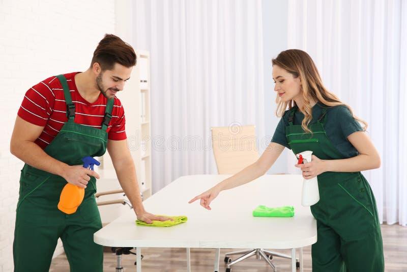 清洗桌的专业管理员 被聘用的帮助 库存图片
