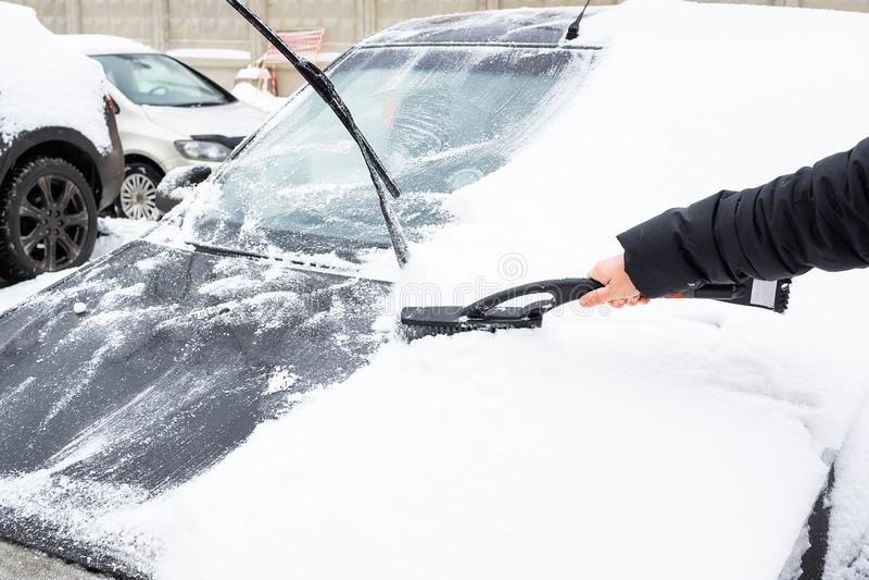 清洗汽车从雪 库存照片