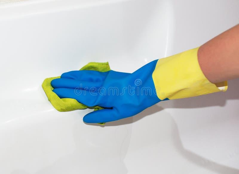 清洗浴缸的妇女 免版税库存图片