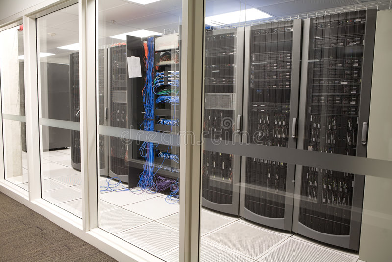 清洗现代办公室空间服务器 库存照片
