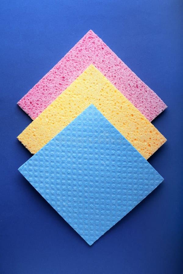 清洗的不同的餐巾在颜色背景,顶视图 免版税库存图片