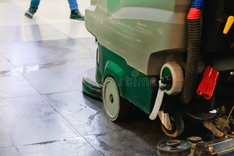 清洗的仓库地板的洗气器机器 库存照片