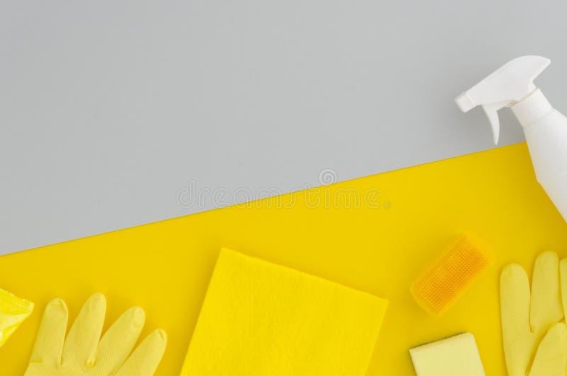 清洗的compani概念 塑料浪花和清洁产品 在黄色充满活力的duotone的背景的模板灰色和 图库摄影