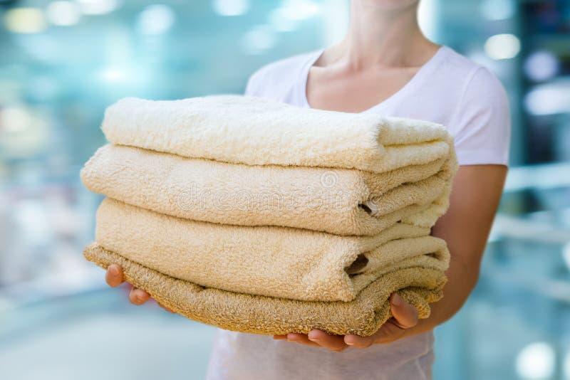 清洗藏品毛巾妇女 免版税库存图片