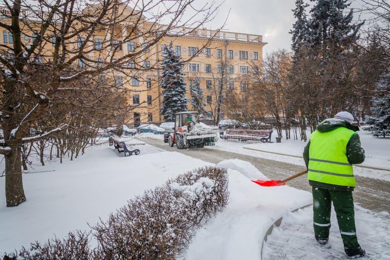 清洗路的拖拉机从雪 挖掘机清洗st 免版税库存图片