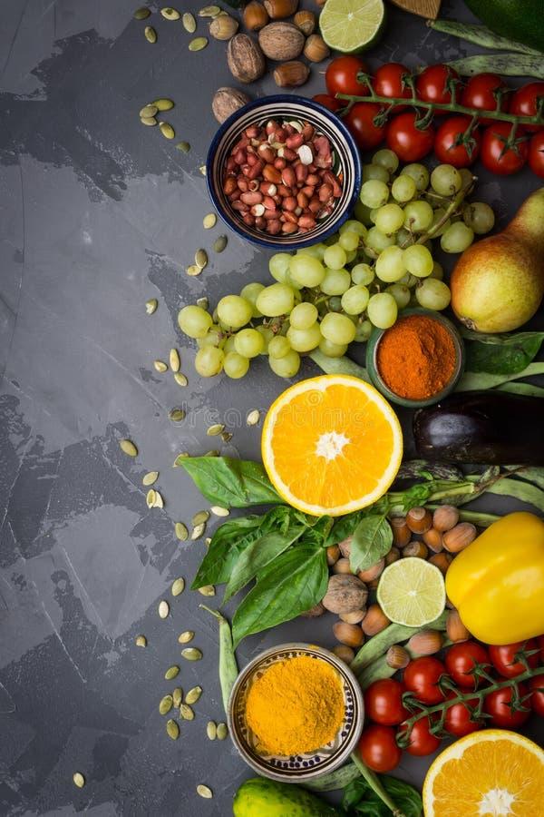 清洗食物选择 健康食物背景,有机食品框架  菜,果子,坚果,香料 免版税图库摄影