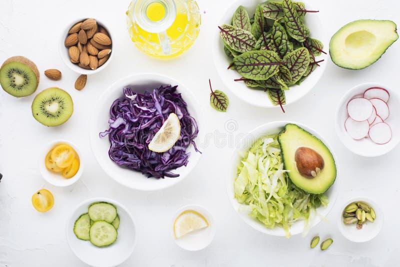 清洗食物 新鲜的未加工的蔬菜和准备健康快餐膳食沙拉的莴苣叶子 顶视图 在光 免版税库存照片