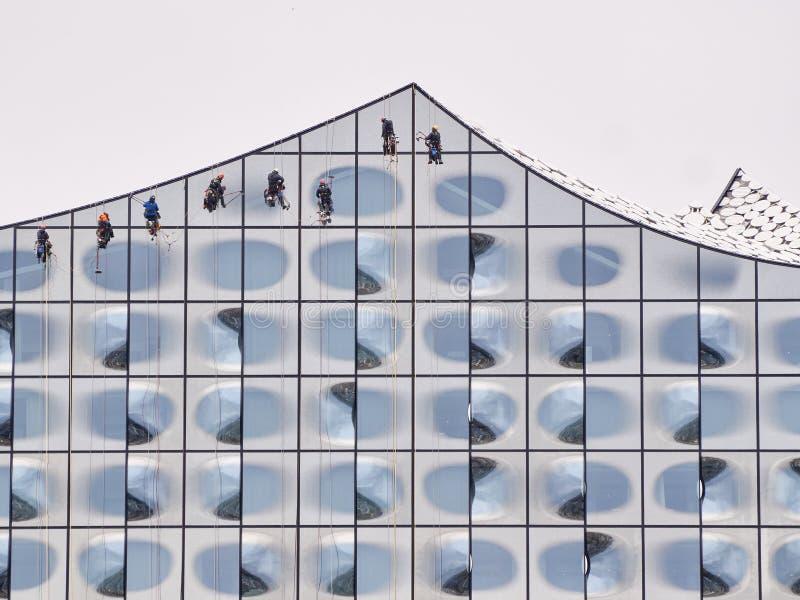 清洗Elbphilharmonie的风窗清洁器 图库摄影