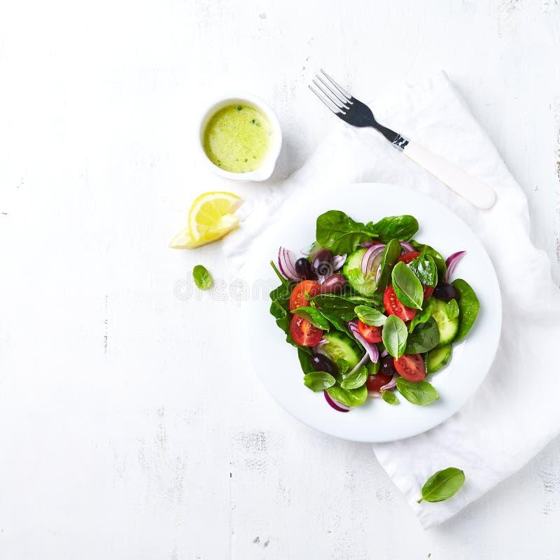 清淡的夏天沙拉用整个橄榄 r 免版税库存照片