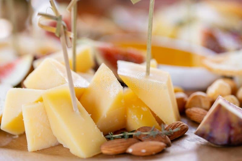 清淡的意大利快餐 在晚餐会的一张自助餐桌 乳酪盘子 在木桌上的可口乳酪混合 品尝盘 免版税库存图片