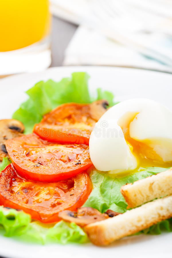 清淡的早餐用软蛋、蕃茄和油煎方型小面包片 免版税库存图片