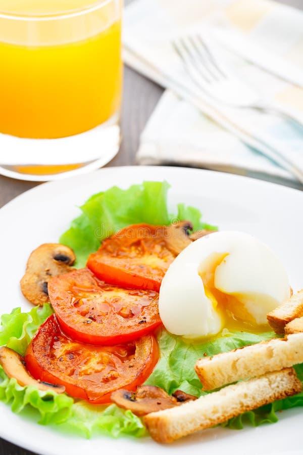 清淡的早餐用软蛋、蕃茄和油煎方型小面包片 免版税库存照片