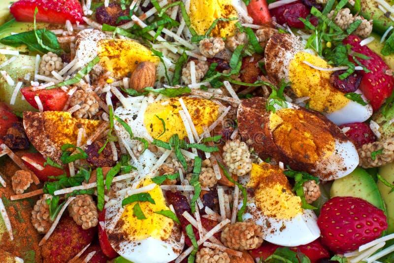 清淡的沙拉用鸡蛋、鲕梨和草莓 免版税库存照片