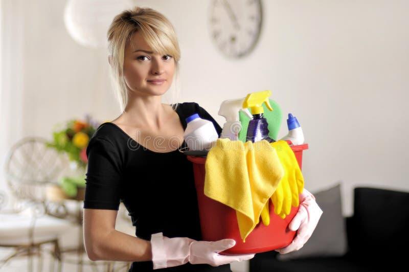 清理,拿着有洗涤剂的妇女桶 免版税库存照片