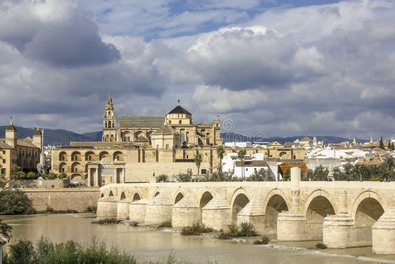 清真寺和罗马桥梁在科多巴 免版税库存图片