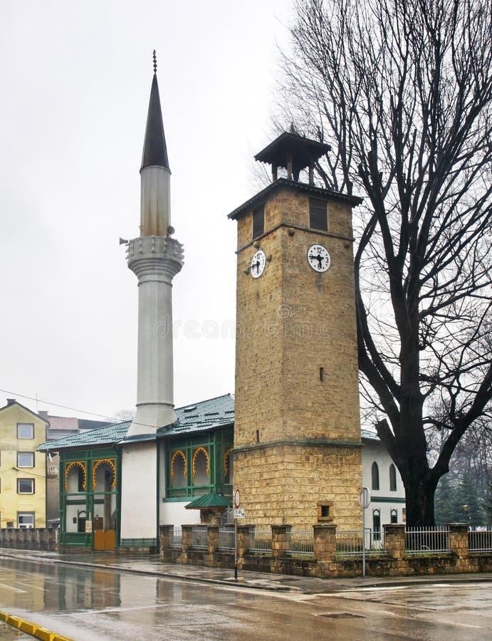 清真寺和钟楼在特拉夫尼克 达成协议波斯尼亚夹子色的greyed黑塞哥维那包括专业的区区映射路径替补被遮蔽的状态周围的领土对都市植被 图库摄影