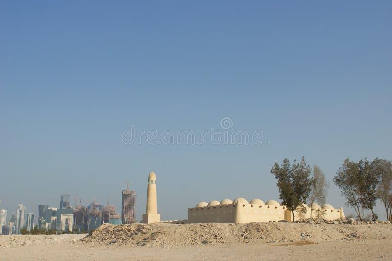 清真寺在多哈,有城市地平线的卡塔尔在它后 库存图片