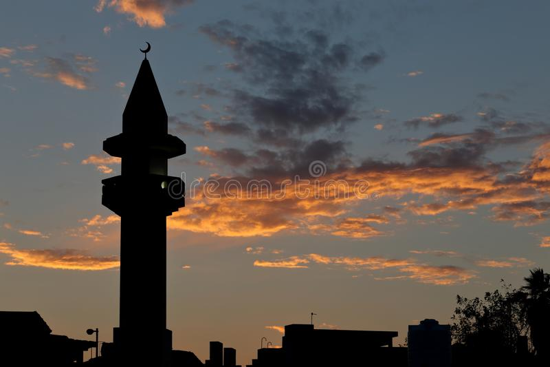 清真寺日落剪影在多哈Qatasr 免版税库存照片