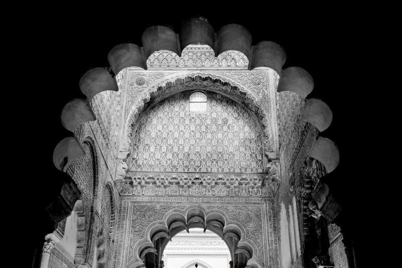 清真寺曲拱,与美丽的装饰的内部细节。染黑  免版税图库摄影