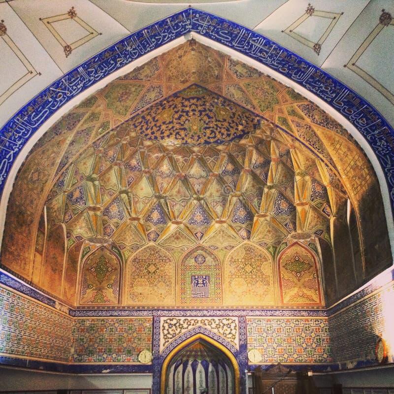 清真寺的曲拱在乌兹别克斯坦 免版税库存照片