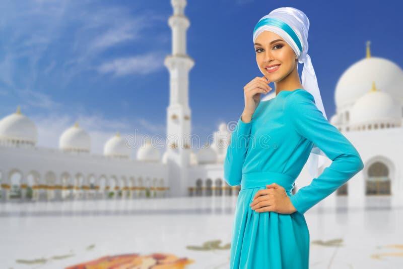 清真寺背景的回教妇女 免版税库存图片