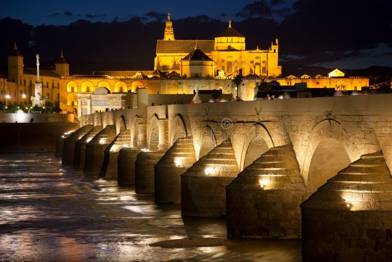 清真寺(梅斯基塔)和罗马桥梁在美好的晚上,西班牙, 免版税图库摄影