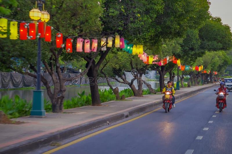 清莱,泰国- 2018年2月01日:乘坐摩托车的未认出的人民,是最普遍的tansport,灯笼 免版税库存照片