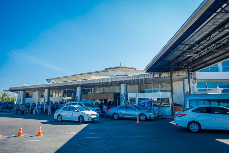 清莱,泰国- 2018年2月01日:Chiangmai国际机场繁忙的汽车停车场室外看法  免版税图库摄影