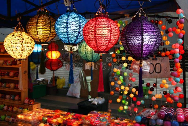 清迈,泰国- 2017年11月25日:传统泰国五颜六色的灯笼在夜市场上 免版税库存照片