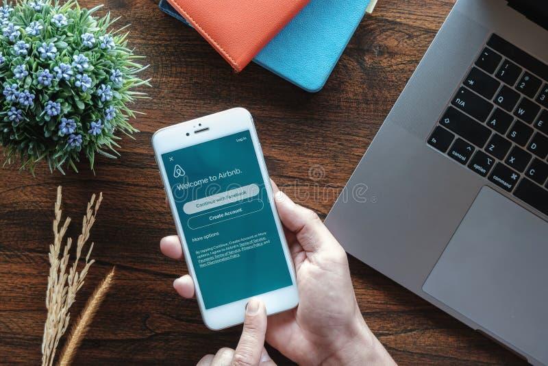 清迈,泰国- 2019年1月20日:有Airbnb应用的男性手藏品智能手机 Airbnb是一个网上市场和 免版税库存照片
