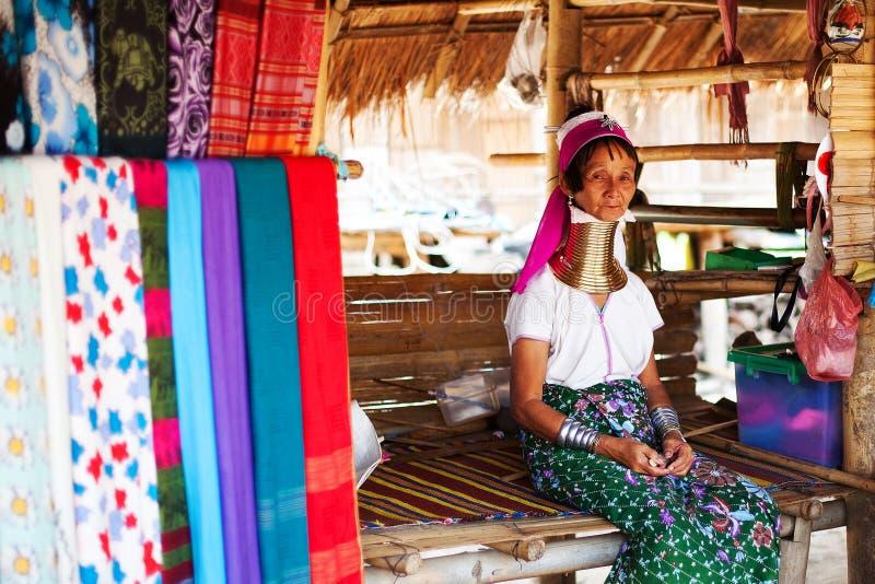清迈,泰国- 2015年4月22日:长收缩的妇女村庄  Hilltribe村庄 库存照片