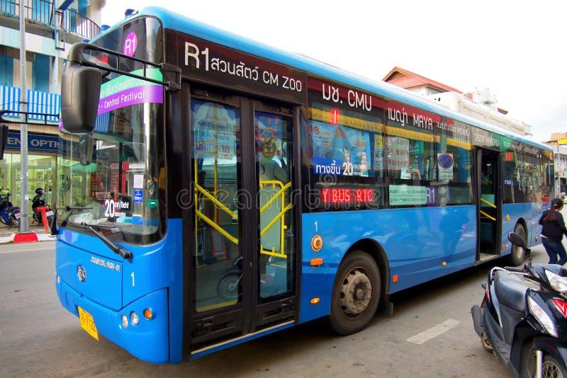 清迈,泰国- 2018年7月14日:Chiangmai巧妙的公共汽车或自由公共汽车在Thaphae路 免版税图库摄影