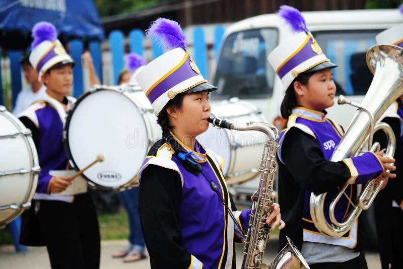 清迈,泰国- 2017年7月03日:教育游行乐队参加捐赠的金钱节日的学生对寺庙 免版税图库摄影