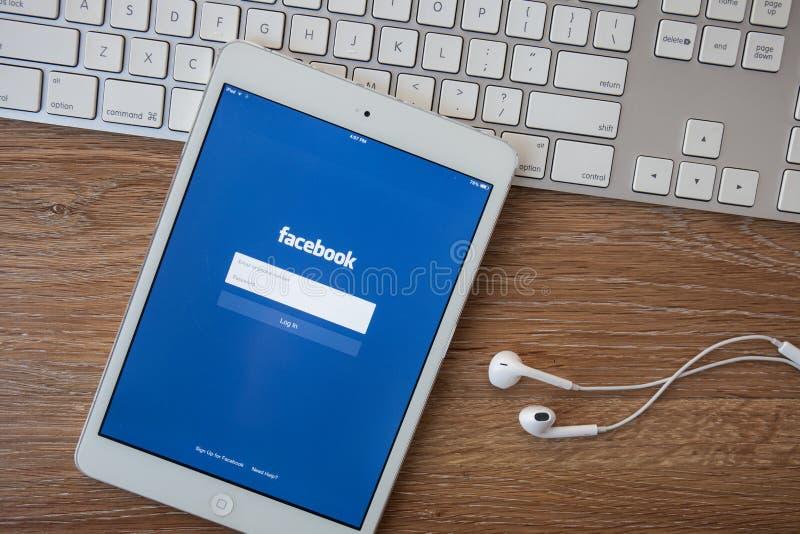 清迈,泰国- 2014年2月8日:Facebook应用签到在苹果计算机iPad的页 Facebook是最大和最普遍的soc 免版税图库摄影