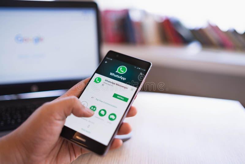 清迈,泰国- 6月03,2018:举行华为和在屏幕上的微信的人手 微信中国多用途 免版税库存照片