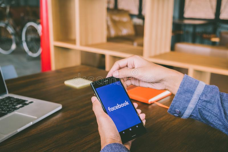 清迈,泰国- 7月7,2018 :人拿着手机使用 库存照片